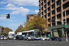 Miasto autobusowy i inni pojazdy zatrzymywaliśmy przy ruchem drogowym w Sydne Fotografia Royalty Free