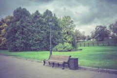 Miasto ławka i park Fotografia Royalty Free