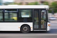 Miasto biały autobus Zdjęcia Royalty Free