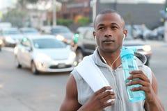 Miasto biegacz - miastowego nowojorczyka amerykanina afrykańskiego pochodzenia męski bieg w ruchliwej ulicie w Nowy Jork NYC Młod Obrazy Stock