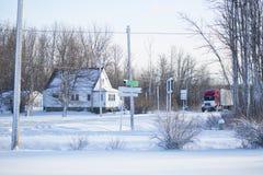 miasto blisko kolejowych drogowych połysk snow słońce zima drewno obraz stock