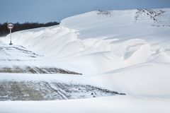 miasto blisko kolejowych drogowych połysk snow słońce zima drewno Dryfy, śnieg zdjęcia royalty free