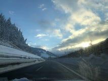 miasto blisko kolejowych drogowych połysk snow słońce zima drewno Zimy góra w Austria Bischofshofen i las zdjęcie stock