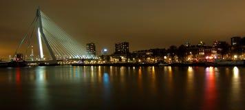 Miasto bridżowa noc zaświeca odbicia Zdjęcie Royalty Free