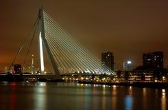 Miasto bridżowa noc zaświeca odbicia rzecznych Zdjęcia Royalty Free