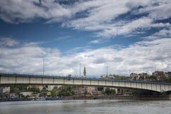 Miasto bridżowy łączący dwa brzeg na jaskrawym dniu zdjęcie royalty free