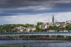 Miasto bridżowy łączący dwa brzeg na jaskrawym dniu zdjęcia royalty free