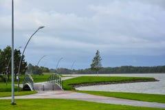Miasto bulwar blisko jeziora z infrastrukturą dla odtwarzania Quay Jeziorny Mastis w Telsiai, Lithuania obrazy royalty free