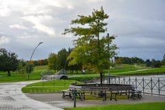 Miasto bulwar blisko jeziora z infrastrukturą dla odtwarzania Quay Jeziorny Mastis w Telsiai, Lithuania obraz stock