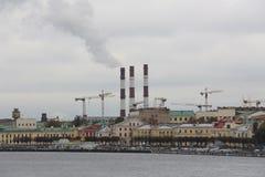 Miasto bulwar z przemysłowymi drymbami obrazy stock