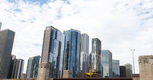 Miasto Chicagowska linia horyzontu z niebieskiego nieba tłem Zdjęcia Stock