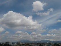miasto chmury i góra zdjęcia stock