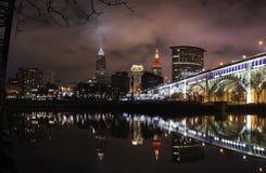 Miasto Cleveland przy nocą na Cuyahoga rzece obraz royalty free