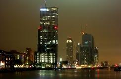 Miasto drapaczy chmur noc zaświeca rzekę Zdjęcie Stock