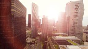 Miasto drapaczy chmur widok przy zmierzchu światła widok z lotu ptaka drapaczami chmur zbiory wideo