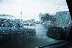 Miasto droga przez przednia szyba samochodów tła wody abstrakcjonistycznej kropli na szkło deszczu i światłach zdjęcie stock