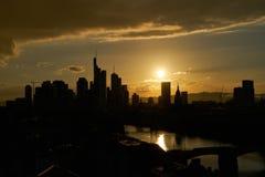 Miasto Frankfurt magistrala z śródmieściem w wieczór jako skyl - Am - obraz royalty free