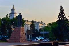 Miasto głąbika rzeźba i stary budynek przy świtem Obrazy Stock