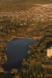 Miasto i jezioro od samolotu zdjęcie royalty free