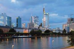 Miasto i rzeka w wieczór frankfurt magistrala Germany Obrazy Stock