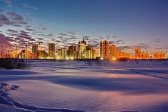 Miasto iluminuje położenie zimy słońcem Światła wieczór miasto podobieństwo tła instalacji krajobrazu nocy zdjęcia stołu piękna u zdjęcia stock