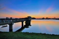 Miasto jeziorem podczas zmierzchu Fotografia Stock