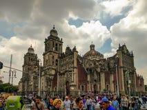 miasto katedralny metropolita Mexico Pedestrians krząta się obok obraz stock