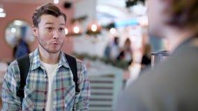 Miasto kawiarnia Młody człowiek komunikuje z barista i robi rozkazowi, zdjęcie wideo