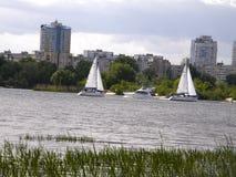 Miasto Kijów przeciw tłu jeziora i przyroda Obrazy Stock
