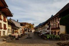 Miasto krajobraz, kawiarnia wzdłuż drogi Gruyere Szwajcaria fotografia stock