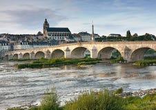 Miasto krajobraz na moscie nad starym Blois i rzeką Obrazy Royalty Free