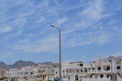 Miasto krajobraz z domami, chałupami i domami miejskimi na Arabskiej Muzułmańskiej Islamskiej ulicie w Egipt przeciw błękitnemu s Obrazy Royalty Free