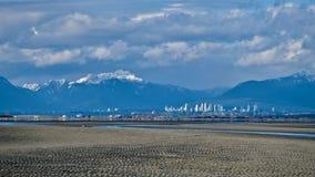 Miasto linia horyzontu, śnieżne góry i niski przypływ na granicie, Trzymać na dystans Fotografia Royalty Free