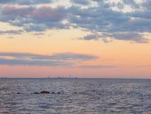 Miasto linia horyzontu przy fiołkowym zmierzchem fotografia royalty free
