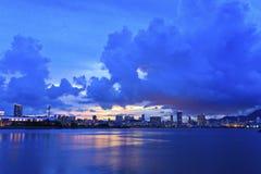 Miasto linia horyzontu sylwetkowa przeciw błękitnemu zmierzchowi Obraz Stock