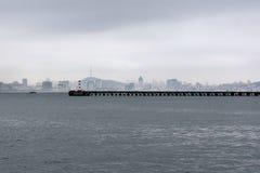 Miasto latarnia morska i linia horyzontu Obraz Royalty Free