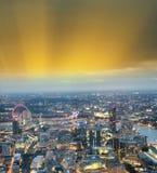 Miasto linia horyzontu wzdłuż rzecznego Thames przy nocą, widok z lotu ptaka - Londyn - Obraz Stock