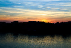 Miasto linia horyzontu z zmierzchem zdjęcia royalty free