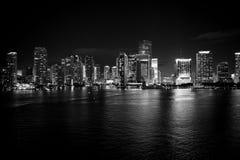 Miasto linii horyzontu panorama na nocnym niebie w Miami, usa zdjęcie royalty free