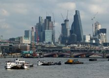 Miasto London pieniężny okręg od Thames z barkami Fotografia Stock
