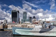 Miasto Londyn i HMS Belfast okręt wojenny Fotografia Stock