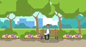 Miasto mężczyzna mienia parkowy afrykański laptop siedzi drewnianej ławki zieleni gazon kwitnie drzewo pejzażu miejskiego szablon ilustracja wektor