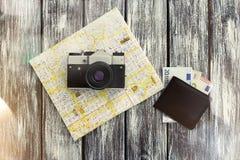 Miasto mapa, pieniądze, portfel i rocznik kamera, Zdjęcie Stock