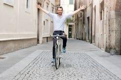 Miasto miastowego ruchu drogowego rozwiązanie, mężczyzna jedzie jego rower bez stresu Fotografia Stock