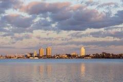 Miasto mieszkaniowy i przemysłowy buidings jarzyć się złoty w vib obrazy stock