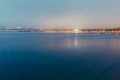 Miasto morzem Przy zmierzchem W mgle Na tle schronienie dobry wieczór krajobrazowego nieba oceanu słońca Gelendzhik, Rosja Obrazy Royalty Free