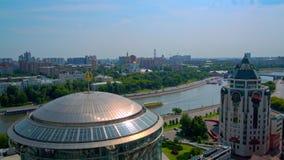 Miasto Moskwa z wzrostem statek jest na rzece zdjęcie wideo