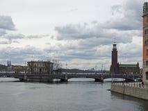 Miasto na wyspa mostów architektury wodnym niebie chmurnieje Fotografia Royalty Free