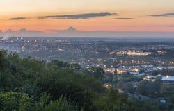 miasto nad zachodem słońca W miasto krajobrazie ty możesz widzieć trai Zdjęcie Royalty Free