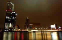 Miasto noc zaświeca odbicia rzecznych Obrazy Stock